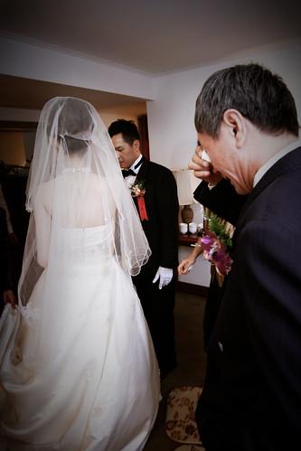 爸爸視女兒為掌上明珠,在為女兒蓋上頭紗之後,眼淚止不住地流下來。