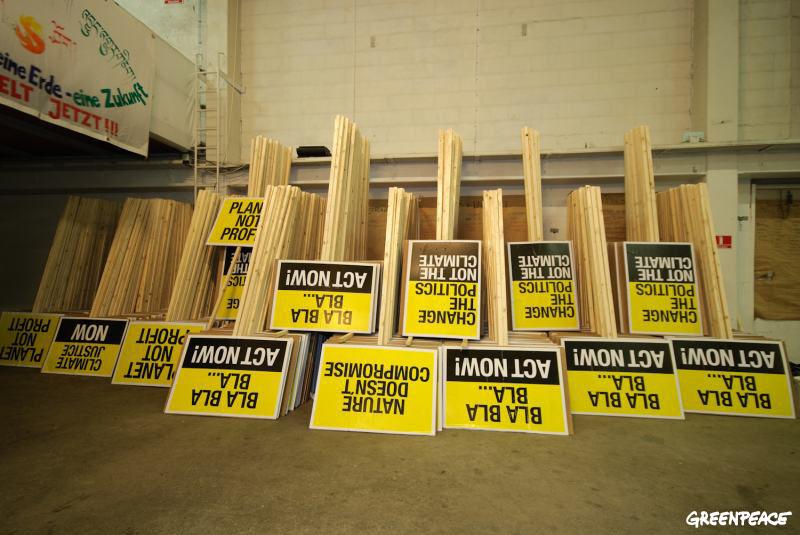 Blot en lille stak af de 3.000 bannere produceret til glæde for for Jorden og dens beboere