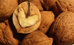 walnut-heart (cc) (marfis75) Tags: autumn detail macro fall love automne foot heart symbol amor herbst walnut nuts coeur cc amour hart nut braun makro cuore herz amore liebe microcosmos noce noz schale otono nogal noix nsse walnuss valnt heart2 nuss noot nogueira hjrta krlek walnsse herbstanfang herbstimpression walnoot ccbysa detailaufnahme herbstbeginn coazon marfis75 herbstliebe nusszeit marfis75onflickr peregrino27gastronomy