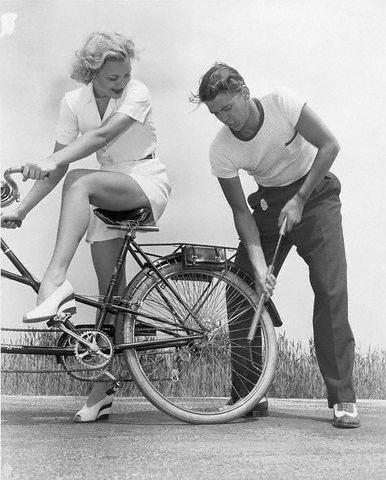 Na bike, a senhorita Jane Wyma, uma ilustre desconhecida hoje em dia. Bombando alí atrás, o galã Ronald Reagan.