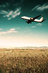 [5/30] (Luis Hernandez - D2k6.es) Tags: barcelona blue sky orange white verde blanco yellow azul 30 fly low cost amarillo cielo contraste otoo avin naranja couds altura montaas 530 exposicin prat lowcost vueling