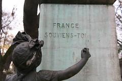 2009-11-21-PARIS-PereLachaiseCemeterie25-soldier-trio2