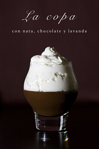 Copa con nata, chocolate y lavanda