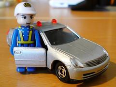 パトカーと警察官