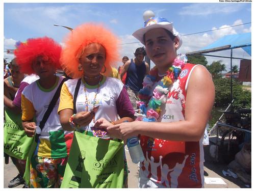 Equipe distribui preservativos para os foliões seguirem em segurança - Foto: Chico Santiago/Pref.Olinda
