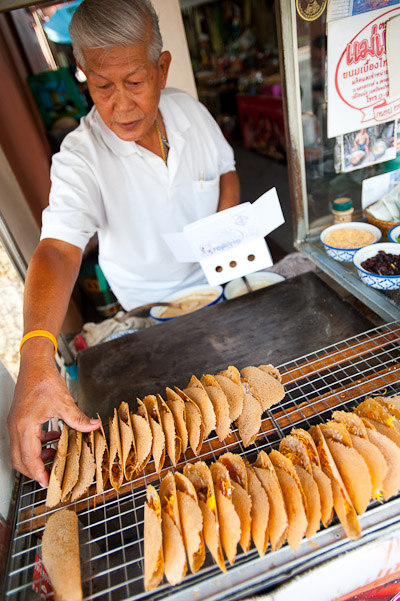 Serving Thai-style khanom beuang at Nang Loeng Market, Bangkok