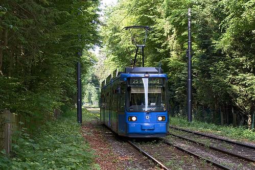 Ein blauer Farbklecks im Grünen: Der modernisierte R2.2 erreicht die Ludwig-Thoma-Straße
