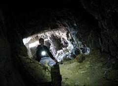 Kathrin am Anfang eines ausgedienten Militärtunnels