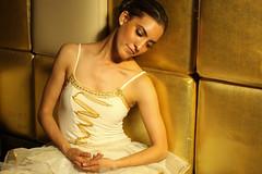 Si tan solo estuvieras aqui otra vez (VELCAM) Tags: ballet gente retrato danza tutu bailarina dorado oro