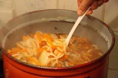 Preparing Hutspot (Lovando) Tags: holland stew leiden an carrot unions carrots onion 2009 preparing huize ontzet hotchpotch maaltijd hutspot leidens dijklust hutspotmaaltijd