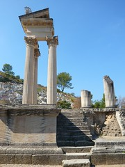 Restes du Temple - Les Antiques - Glanum (Vaxjo) Tags: france saint ruins roman du rhne empire provence 13 romain ruines antiquities glanum antiquits rmy bouches