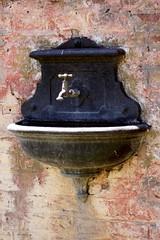 Un dia en el campo 5 (carlos_ar2000) Tags: street color colour rot argentina wall pared calle buenosaires sink faucet pileta tap washbasin grifo washbowl canilla uribelarrea despintado