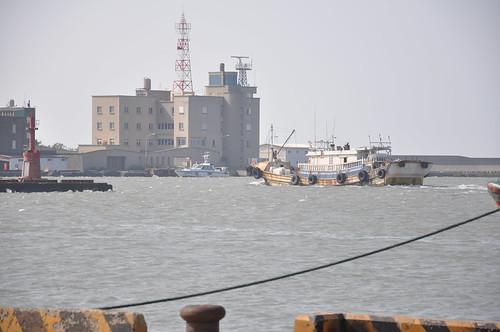 En båt i hamnen