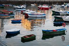 Reflejos en el muelle (Pelanes) Tags: españa puerto botes muelle mar spain mr reflejo tamron cantabria castrourdiales cantábrico d90 pesqueros tamron175028 nikond90