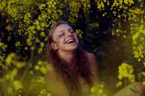 フリー写真素材, 人物, 女性, 花畑, 菜の花, 笑顔・スマイル, 見上げる,
