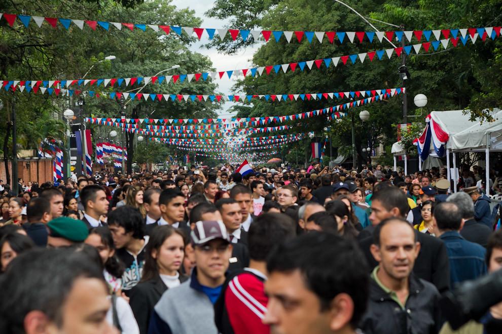 En un hecho sin precedentes en la historia del Paraguay, el pueblo paraguayo ha sido uno solo en las calles, asistiendo a la fiesta en la mañana del 14 de Mayo sobre la Avenida Mariscal López, sede de un gran desfile. (Tetsu Espósito - Asunción, Paraguay)