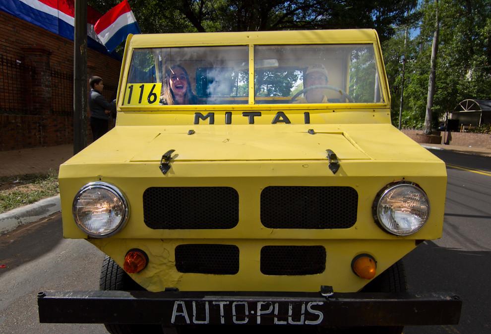 El Desfile de autos antiguos, se realizó sobre la Avenida Mariscal López, el domingo 15 de mayo. El Mita´i (niño en guaraní) fue una camioneta pequeña producida en Paraguay en la década de los setentas, con componentes y motor extranjero. (Tetsu Espósito - Asunción, Paraguay)