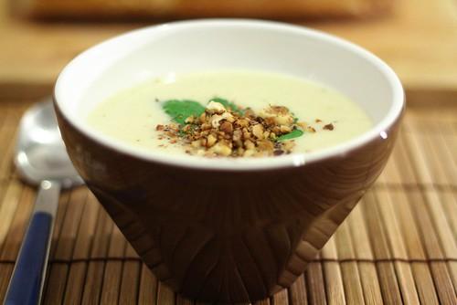 Crème d'endive à la poire & aux noix grillées