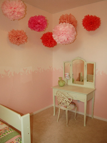 stenciled wall and pom-poms por craftynest.