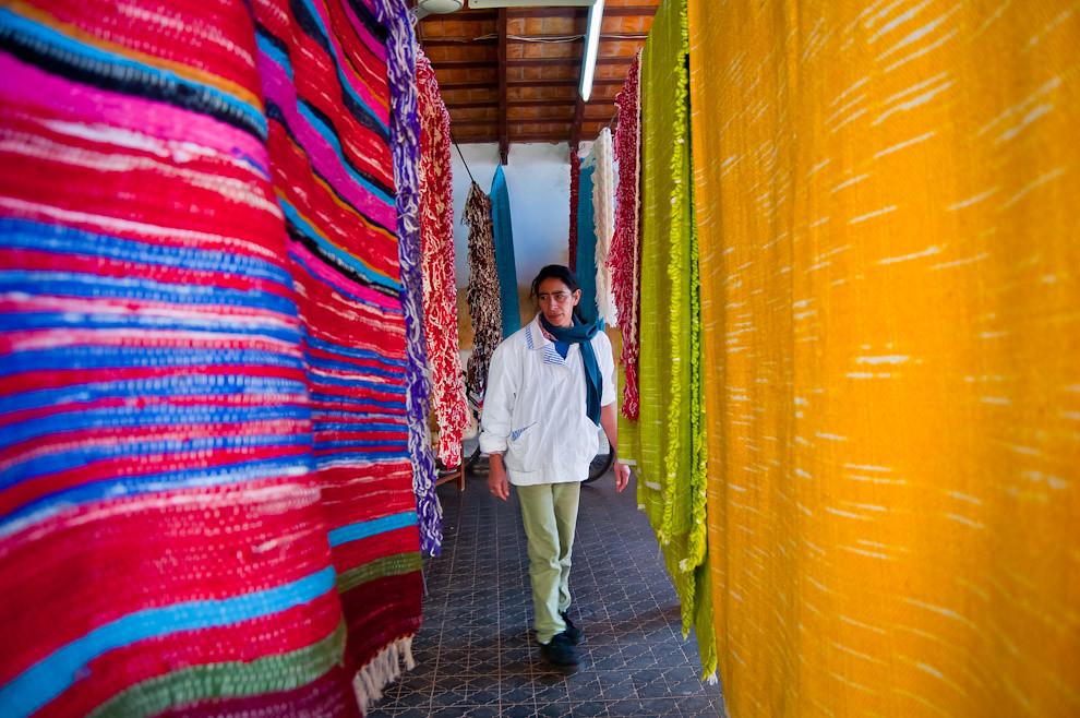 Una vendedora de frazadas tejidas con lana de oveja exhibe la colección frente a su casa. Varios productos llamativos por sus colores y precios accesibles fueron comercializados masivamente en los días que comprenden el Festival del Ovecha Rague. (Elton Núñez, San Miguel - Paraguay)