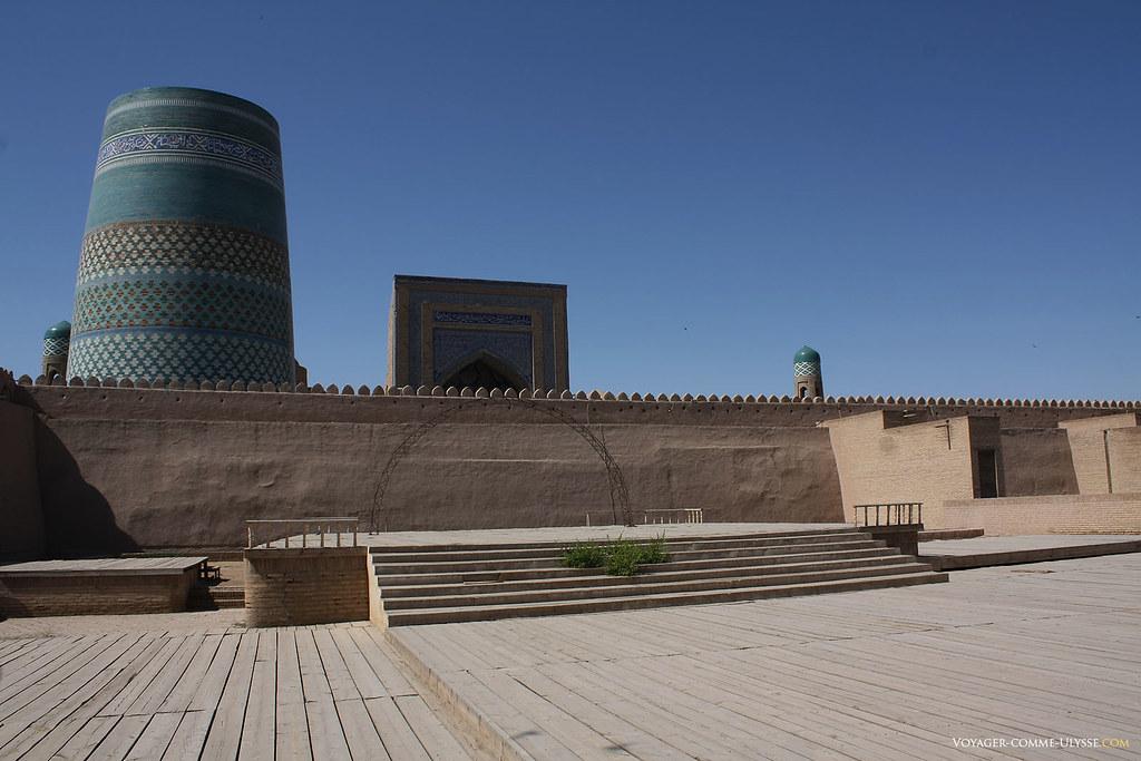 Place de Khiva, avec le minaret inachevé