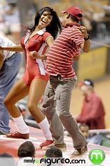 Tiguereones bailan con las venezolanas