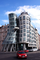 Dancing House (Oscar von Bonsdorff) Tags: summer june juni canon prague prag praha praga tschechien czechrepublic 2009 photographing praag rpubliquetchque xsi tsjechi tjekkiet repblicacheca  keskuu dancinghouse repubblicaceca tanzendeshaus cehia casadanzante esko tjeckien csehorszg tancdm tsekki prg 450d cechia tkkland   ekcumhuriyeti tehhi maisondansante flickrestrellas  ynphobblaghtheck
