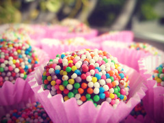 Brigadeiro (_Andrea_) Tags: birthday pink aniversario colorful bokeh rosa brigadeiro colouful comidabrasileira brazilianfood butterandcrumbs
