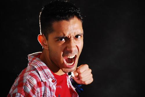 フリー画像| 人物写真| 男性ポートレイト| 外国人男性| 怒る| 殴る/パンチ|      フリー素材|