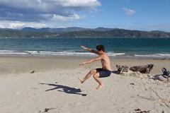 Nicolas saute sur la plage