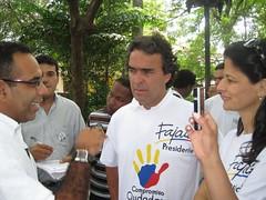 HABLANDO CON LA GENTE EN PLAZA DE BOLIVAR (Sergio Fajardo Valderrama) Tags: sergio colombia senado claudia fajardo 2010 elecciones compromiso ciudadano fadl