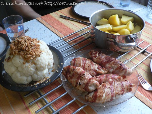 Blumenkohl mit Salzkartoffeln und Hähnchenbrust im Speckmantel
