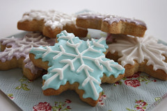 Snowflake cookies (designacupcake.co.uk) Tags: snowflake cookies star icing royalicing pastelcolours