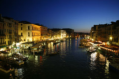 venecia 1 (alan benchoam) Tags: city blue venice italy love water dinner italia romantic venecia cena ocaso romantico balcn beautifull gondol penumbra gndolas bacolny
