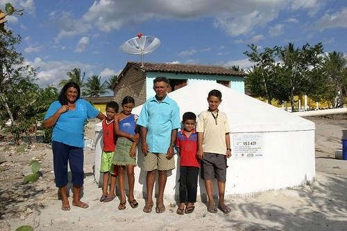 Família beneficiária da cisterna de placa por ASA Brasil.