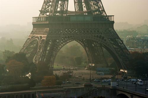 Paris la brume se lève sous la tour Eiffel
