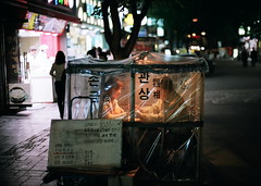 fortune teller^:z# (june1777) Tags: street leica light girl night t 50mm fuji superia cosina voigtlander snap tourist f 400 seoul fortuneteller f11 m6 nokton insadong xtra