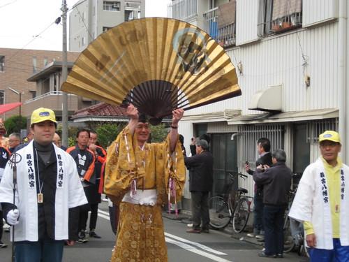 かなまら祭りの行列@金山神社そば