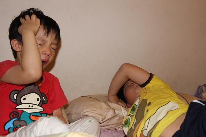 佑佑彥彥剛睡起來005