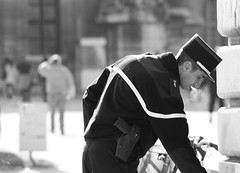 Przerwa (eisenbahner) Tags: bw man paris france guy frankreich uniform break cigarette police smoking invalides cig lad mann frankrijk smoker prizs fella francia rpublique polizei fag brennen officer francie picnik parijs policeman homme pars bloke uniforme parigi zigarette polizia htel policier polizist policeofficer facet rozzer skag rpubliquefranaise polica policja pary policie franaise pa francja divisa policiers hteldesinvalides pariisi mczyzna pariz rcration policjant papieros policenationale  uniforma palenie policista mundur przerwa scuffer  palacz durry chopak policjanci