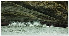 Golpeando!!! (un mar en calma) Tags: pentax olas temporal rocas cantabria horizonte t golpes liencres cerrias k10d pentaxk10d costaquebrada espaainvierno