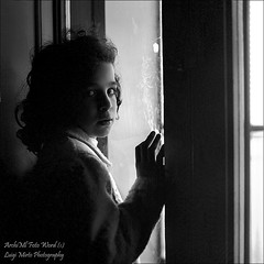 Dietro la finestra - Behind the window (Luigi Mirto/ArchiMlFotoWord) Tags: light portrait people bw eye girl photoshop eyes nikon bravo italia foto arte adams expression fineart dramatic hasselblad carl ritratto ilford asph bianconero manfrotto spontaneous magazzino dx notturno ansel x5 sonnar cs3 carlzeiss nx pellicola concorsi sekonic proxar nikoncapture duoscan ottiche sistemazonale artlibre specialpicture sonnar150mm dualspot cartabaritata artofimages reportagepeople scanneragfat2500pro duoscant2500pro fl778 corefotopaint