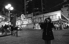 Street Photographer (Penseroso) Tags: seattle nightphotography candid trix pikeplacemarket streetphotographer kodak400tx d7613
