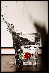 Wenn das Glück ins Wasser fällt #2 (Dominik Gruszczyk) Tags: dice fun wasser flash blitz würfel highspeed redmatrix