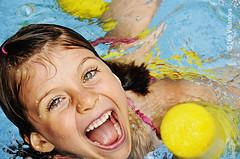 Piscina (Leo.Villanova) Tags: wet water pool girl childhood gua happy child piscina nia infantil criana feliz menina infncia molhado frenteafrente ltytr2 ltytr1 ltytr3 nikond300 leovillanova