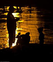 Atardecer en Familia ( SandroG) Tags: bridge family sunset argentina puente buenosaires fishermen abril garcia zarate sandro 2010 complejo zaratebrazolargo sandrog