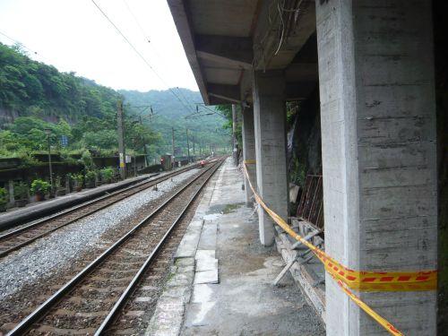 沿著山壁而建的窄月台