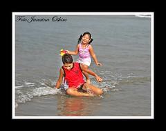 Joy Of Being a Child!!!Loves Of My Life...  ( Photography Janaina Oshiro ) Tags: boy orange praia girl gua japan digital mar child laranja daughter rosa son japo criana filha menina filho shizuoka menino nikond90