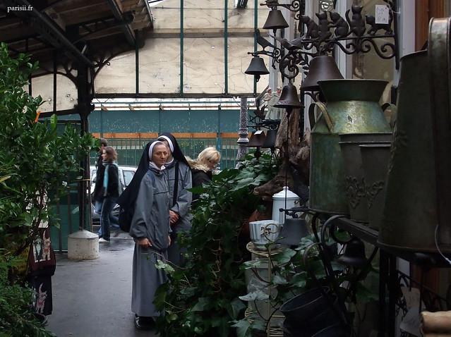 Les bonnes sœurs aussi visitent les fleuristes de l'île de la Cité