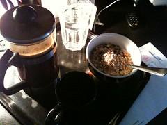 Frukost 12/2 (Atomeyes) Tags: mat yoghurt frukt vatten kaffe frukost vitamin msli